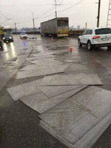 В Запорожье на плотине из грузовика высыпались металлические листы: образовалась пробка - ФОТО