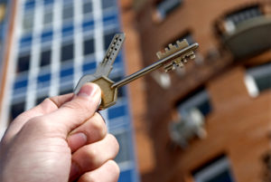 В Запорожье мошенник отобрал у психически больной женщины двухкомнатную квартиру