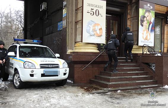 ВЗапорожье злоумышленники ограбили ювелирный магазин изахватили заложника: полицейские провели учения