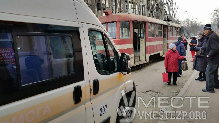 В Запорожье в трамвае умер мужчина - ФОТО