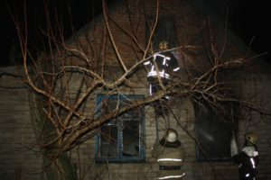 Пока хозяев не было дома: в одном из районов Запорожья горел жилой дом - ФОТО