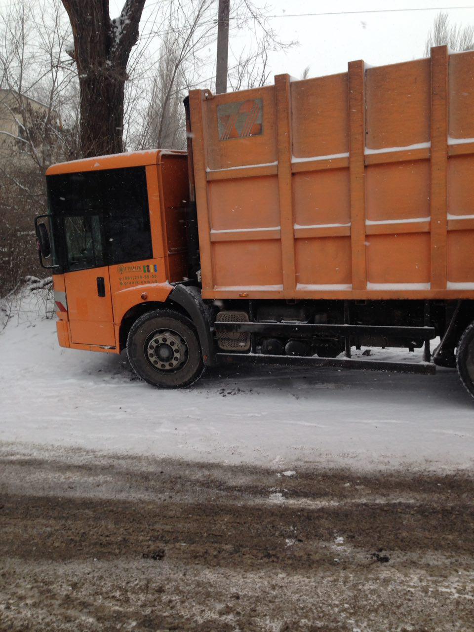 В Запорожье мусоровоз врезался в дерево - ФОТО