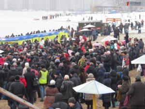 Сотни запорожцев пришли на Центральный пляж, чтобы окунуться в водах Днепра на Крещение - ФОТО, ВИДЕО