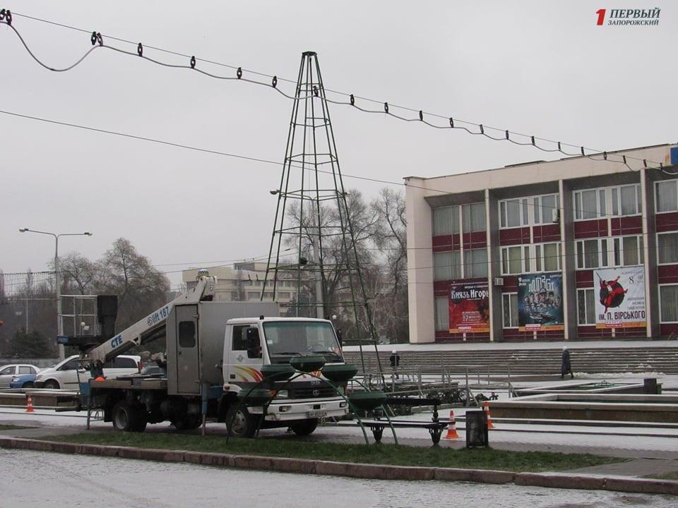 В Запорожье после новогодних праздников демонтируют елки - ФОТО
