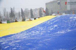 В Запорожье активисты развернули огромный флаг под стенами ОГА - ФОТО, ВИДЕО