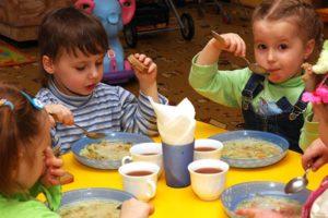 В детсадах по всей стране стоимость питания увеличится на 20-40%: в парламенте скачок связывают с отменой госрегулирования цен