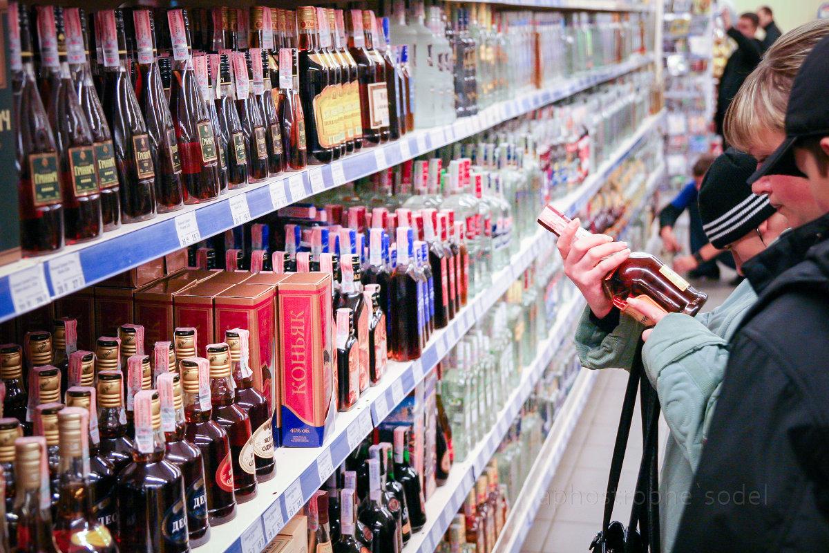 В запорожском магазине нашли почти 300 бутылок импортного алкоголя без акциза