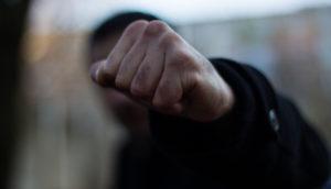На запорожском курорте возле магазина избили и ограбили мужчину