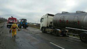 В Запорожской области из-за непогоды автоцистерна съехала в кювет, а автомобиль