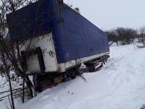 В Запорожской области 65-тонная фура слетела в кювет - ФОТО, ВИДЕО
