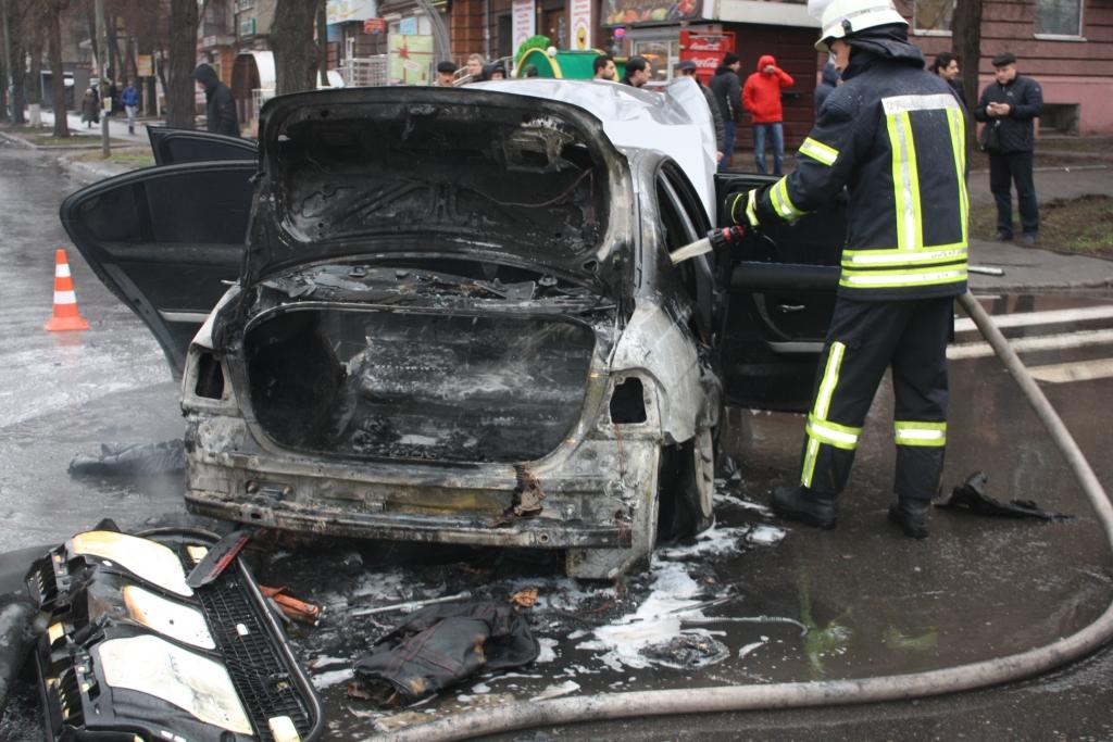 В Запорожье столкнулись две легковушки: одно из авто загорелось - ФОТО, ВИДЕО