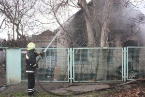 В Запорожье в частном секторе загорелся дом - ФОТО