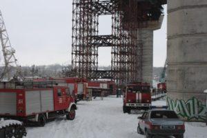 В Запорожье на мостах-недостроях 25 спасателей тушили пожар – ФОТО