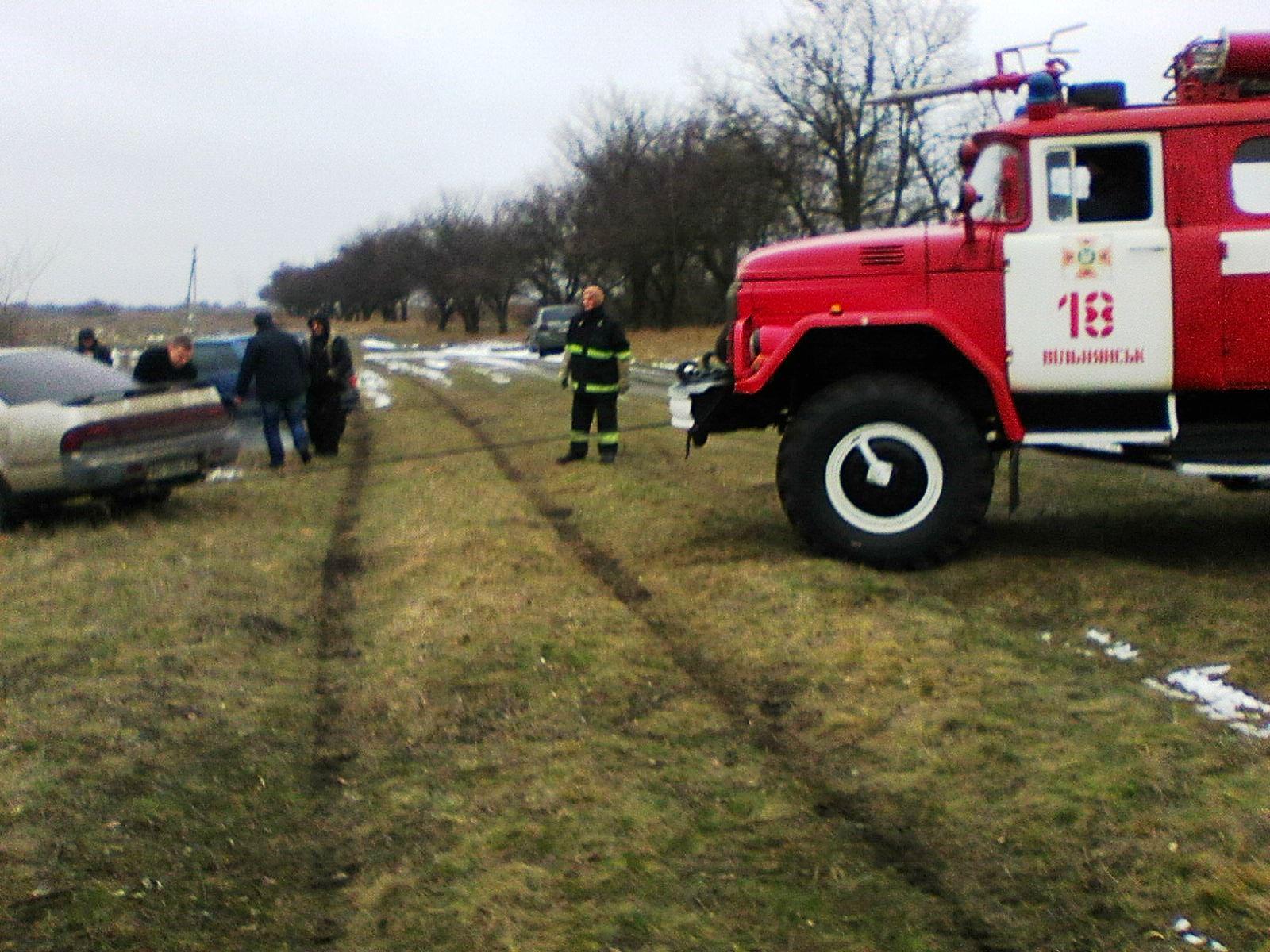 В Запорожской области легковушка едва не слетела в озеро - ФОТО