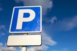 Я паркуюсь, как хочу: водитель оставил свою машину прямо на остановке - ФОТО