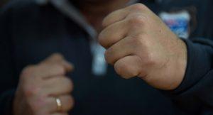В Запорожье чиновник из сферы образования около АТБ избил человека