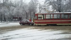 В центре Запорожья легковушка врезалась в трамвай – ФОТО