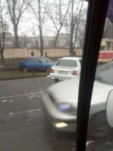 В Запорожье столкнулись две легковушки: один из автомобилей отбросило на трамвайные рельсы - ФОТО