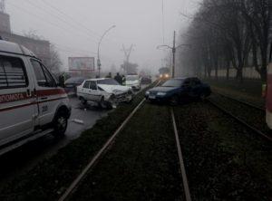 В Запорожье авто выбросило на трамвайные рельсы: стало известно о пострадавших - ФОТО