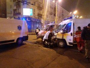 В центре Запорожья грузовик столкнулся с машиной «скорой помощи», которая перевозила пациента - ФОТО