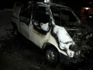 В Запорожье ночью дотла сгорел микроавтобус - ФОТО