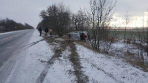 В Запорожской области микроавтобус с волонтерами слетел в кювет и перевернулся - ФОТО