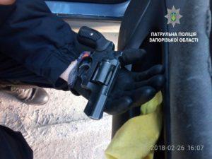 В Запорожье задержали вооруженного водителя - ФОТО