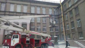 В Запорожье ветер снес металлический лист с крыши школы - ФОТО