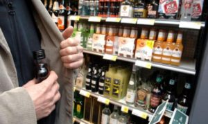 В Запорожье грабители украли из магазина алкоголь и сигареты