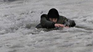 В Запорожской области молодой парень спас односельчанина, который провалился под лед