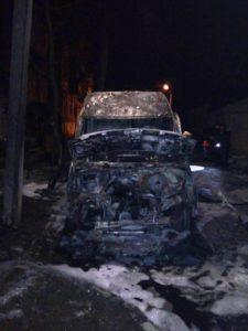 В Запорожье ночью сгорел микроавтобус