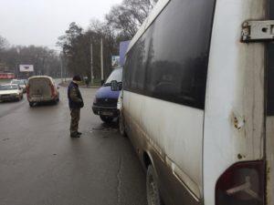 В Запорожье маршрутка врезалась в грузовик с военными - ФОТО