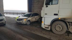 ДТП на мосту Преображенского: грузовик протаранил иномарку - ФОТО