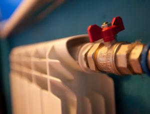 «Количество жалоб на то, что холодно или жарко одинаковое»: начальник «Теплосетей» объяснил, почему происходят перетопы в квартирах