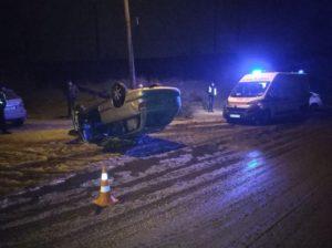 В Запорожье ночью легковушка вылетела на обочину и перевернулась - ФОТО
