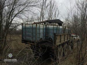 В Запорожье мужчины сливали зеленую жидкость в почву лесополосы - ФОТО