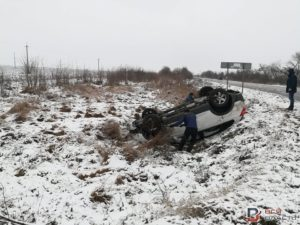В Запорожской области внедорожник слетел с дороги в кювет и перевернулся - ФОТО