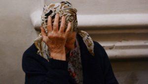 В Запорожье молодой парень напал и жестоко побил пенсионерок, потому что те носили очки – ВИДЕО