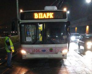 ДТП на плотине: полиция разыскивает грузовик, задевший троллейбус - ФОТО