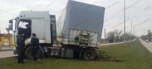 В области грузовик вылетел на разделительный газон и застрял - ФОТО, ВИДЕО