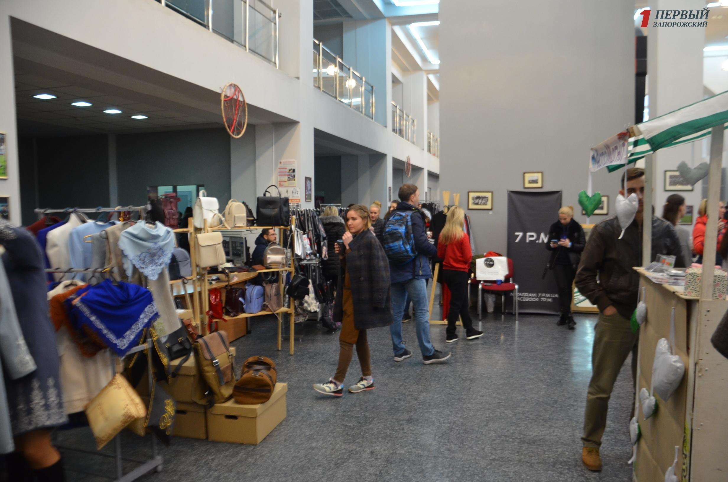 В Запорожье проходит фестиваль украинской одежды и эко-продуктов - ФОТО