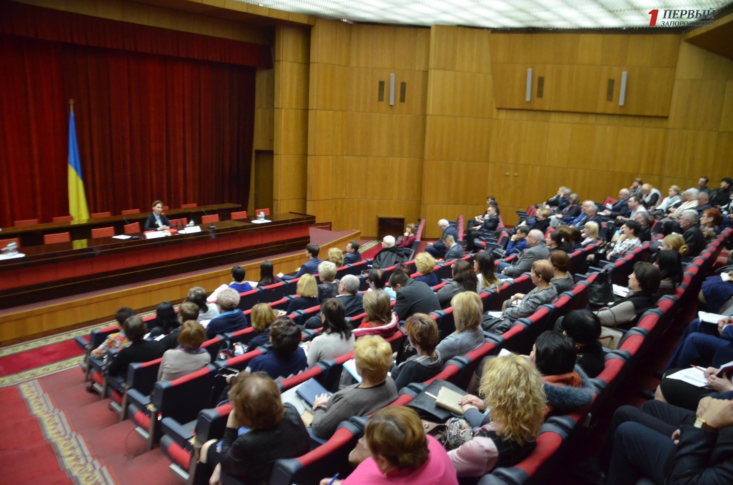 Деньги за пациентов, страховая медицина и запрет приватизации медучреждений: в Запорожье обсудили медицинскую реформу