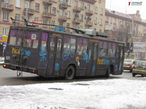 В центре Запорожья у троллейбуса лопнуло колесо – ФОТО