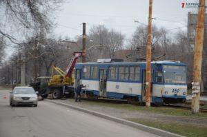 В Запорожье трамвай сошел с рельсов: движение временно ограничено - ФОТО