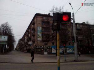 В центре Запорожья из сломанного светофора на проезжую часть падают лампочки – ФОТО, ВИДЕО