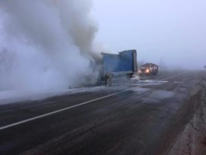 В области на трассе сгорел грузовик, перевозивший мебель - ФОТО
