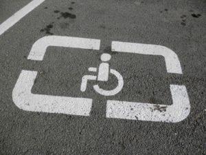 Я паркуюсь, как хочу: водитель оставил свою машину на месте для инвалидов - ВИДЕО