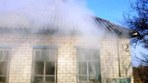 В Запорожской области из горящего дома спасли двоих мужчин - ФОТО