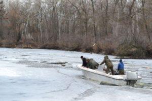 Запорожский рыбоохранный патруль ломает лед, чтобы рыбаки не опустошали зимовальные ямы