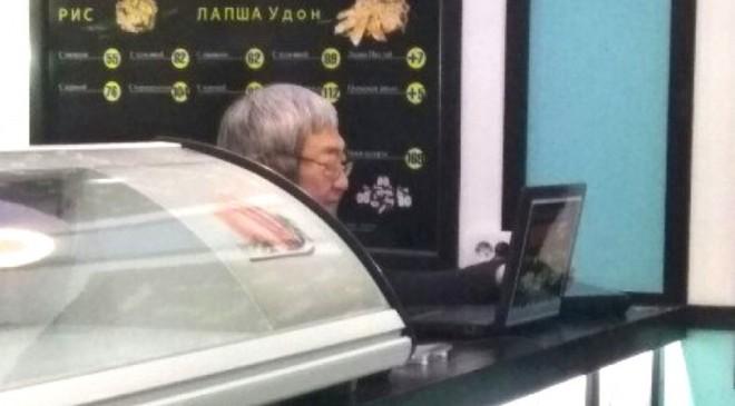 Экс-мэра Запорожья застали за работой в суши-баре – ФОТО